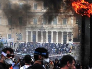 Manifestation devant le parlement Grec suite à l'adoption d'un nouveau plan d'austérité