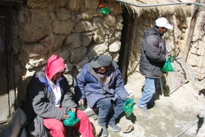 Mines d'argent de Potosi, Bolivie, les mineurs se partagent les feuilels de coca
