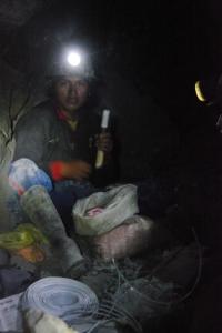 Mines d'argent de Potosi, Bolivie, un mineur prépare la dynamite