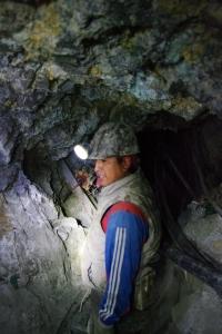 Mines d'argent de Potosi, Bolivie, mineurs dans le tunnel