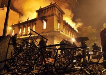 De violents affrontements à Athènes entre policiers et des manifestants devant le parlement grec, à la suite du vote d'un nouveau plan d'austérité