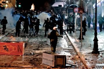 Emeutes place Syntagma Atthènes contre le plan d'austérité