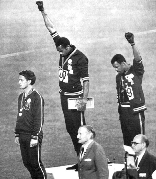 Tommie Smith lève le poing aux JO de Mexico