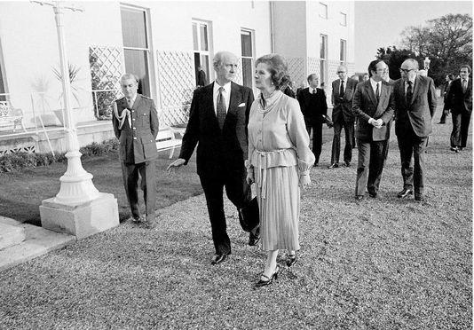 """Novembre 1979: Margaret Thatcher lors du sommet européen de Dublin ou elle a fait sa fameuse déclaration 'I want my money back"""" en conférence de presse"""