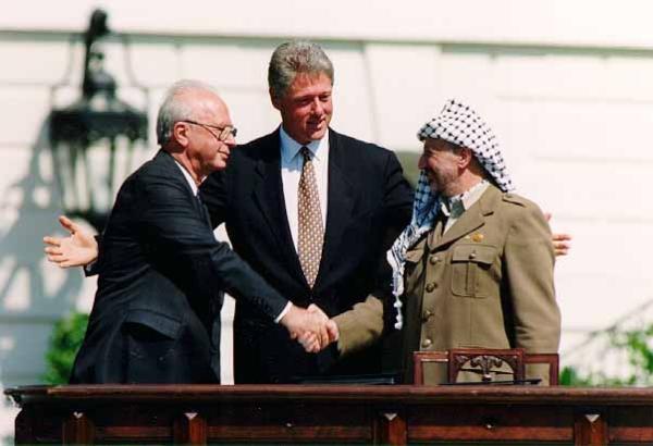 Yitzhak Rabin, Bill Clinton et Yasser Arafat lors de la signature des accords d'Oslo le 13 septembre 1993.