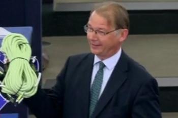 Le député belge Philippe Lamberts présente une corde à Emmanuel Macron