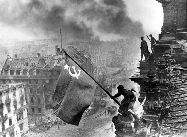 Le drapeau soviétique flottant sur les toits du Reichstag, 2 Mai 1945, photo de Evgueni Kaldeï
